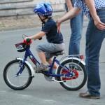 Kind fährt auf Kinderfahrrad mit 16 Zoll